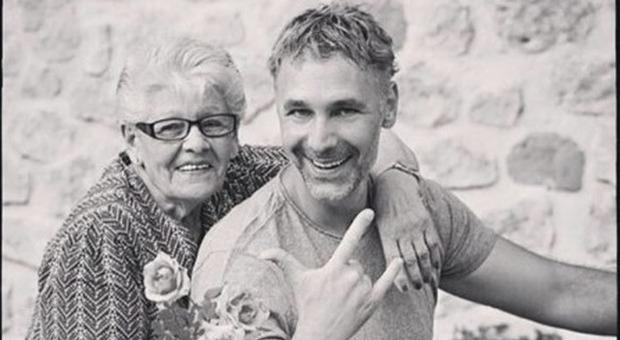 Raoul Bova, morta la mamma: «Mi piace ricordarti così, risate, abbracci e fiori»