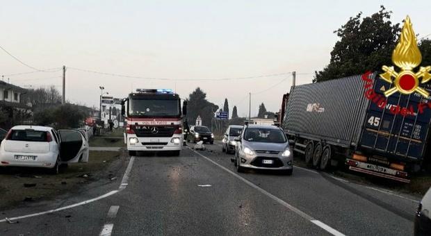 Incidente in via Montello ad Altivole: scontro fra un tir a metano liquido e un'auto Foto