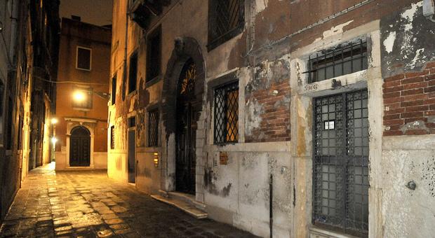 VENEZIA  Trentenne straniero minaccia i passanti nella zona di San Marco e Rialto
