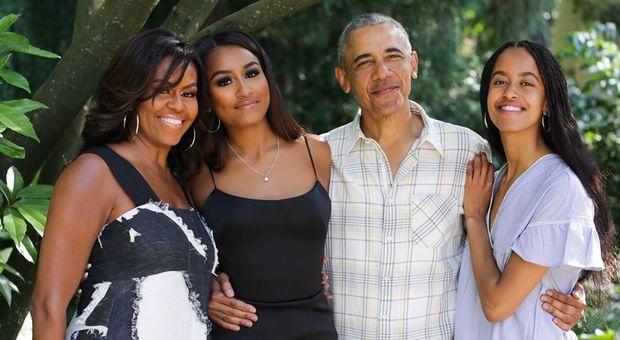 Obama, foto in famiglia per il Ringraziamento ma tutti notano la figlia Sasha: «Non è possibile»