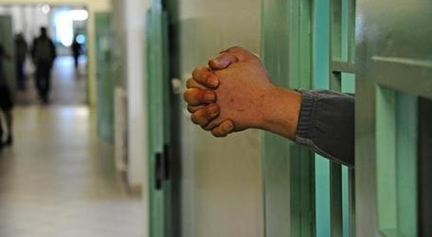 Stanco dei continui litigi con la compagna chiama il 113: «Portatemi in carcere»
