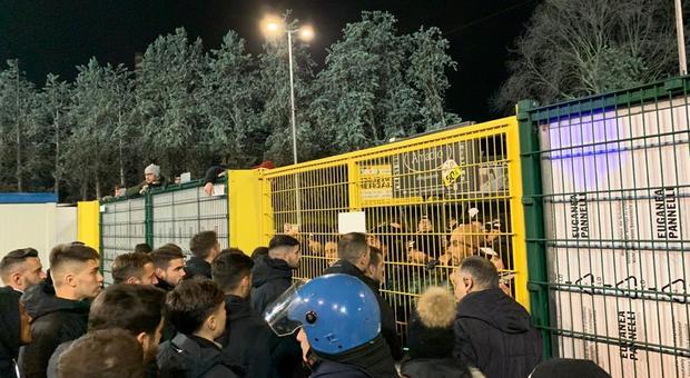 La contestazione alla squadra fuori dallo stadio