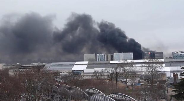 Incendio a Parigi, fumo nero dalla gare de Lyon sino alla Senna e alla Bastiglia