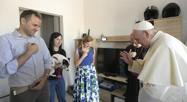 Blitz di Papa Francesco nelle zone del terremoto: a Camerino tra le case degli sfollati