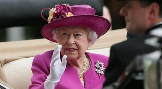 La regina Elisabetta sola a Natale: Harry e Meghan volano in Canada con Archie