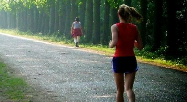 Roma, 22enne denuncia: «Aggredita alla spalle e violentata in un parco mentre stavo correndo»