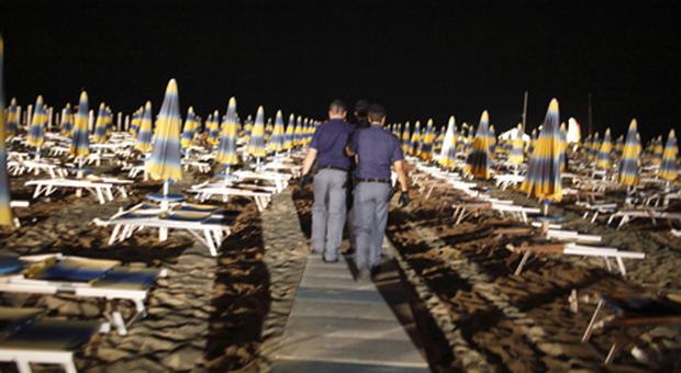 Jesolo, ragazza violentata in spiaggia di notte: caccia a uno straniero
