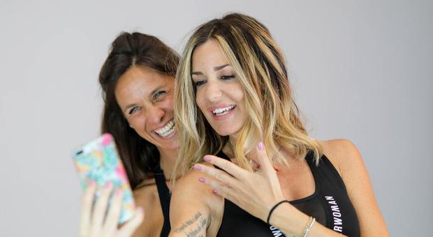 Alessia Fabiani in posa con l'istruttrice Eva Imbrunito, con cui ha lanciato il progetto web
