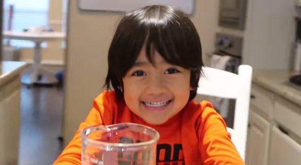 La star di Youtube più pagata è un ragazzino di 8 anni che testa giocattoli