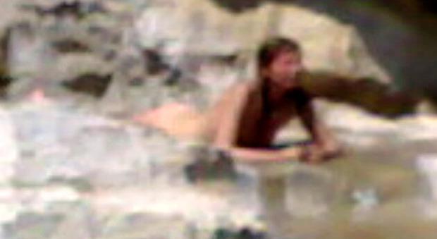 Milano, turista francese si tuffa nuda in una fontana: «Non sapevo fosse vietato»
