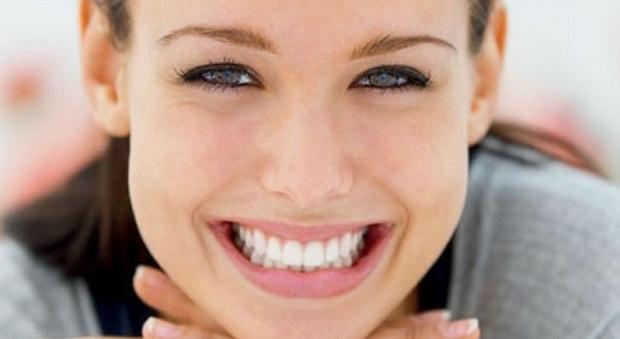 Denti, dieci consigli per mantenere il sorriso in estate