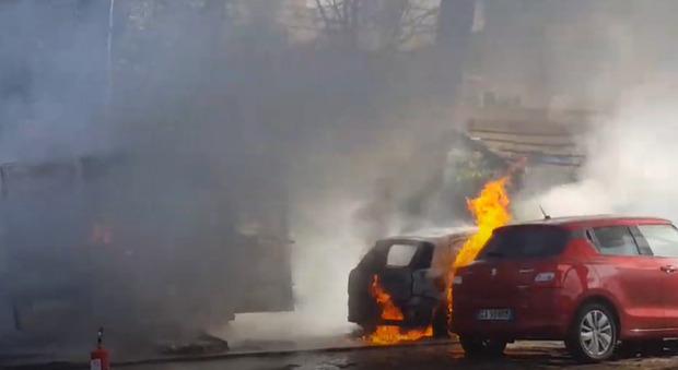 Bus per il trasporto disabili distrutto dalle fiamme a Roma, incenerite anche cinque auto