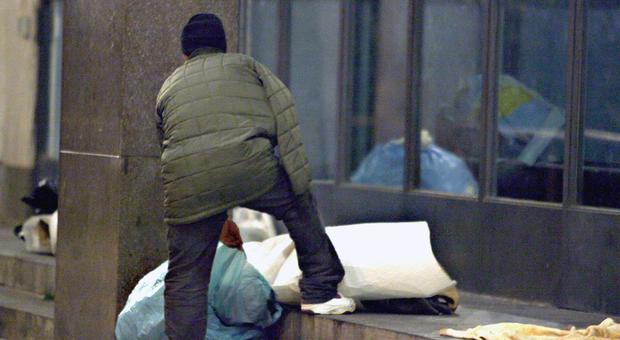 La Spezia, migrante senza lavoro trova portafogli con 400 euro e lo restituisce. Il sindaco: «Troviamogli un'occupazione»