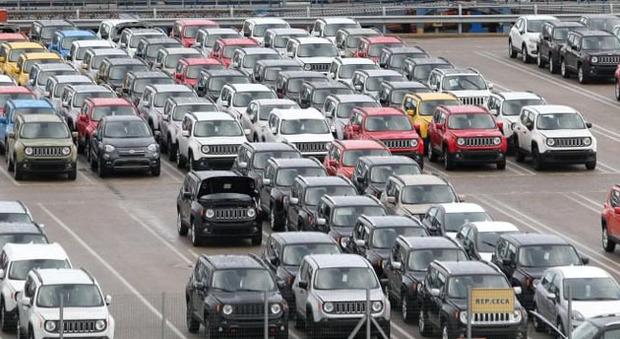 Un piazzale pieno di Jeep Renegade