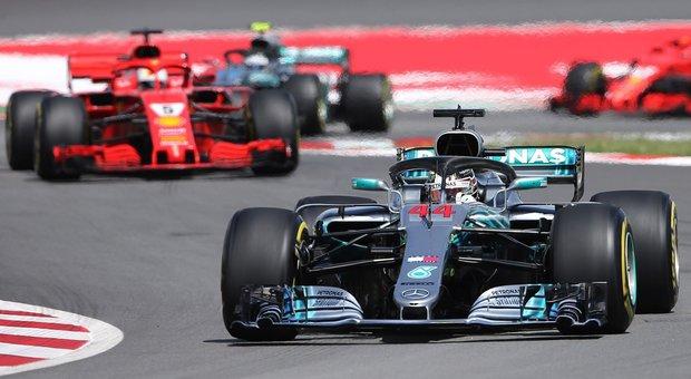 La Mercedes di Hamilton precede la Ferrari di Vettel a Montmelò