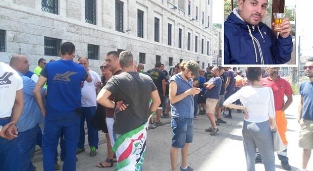 La manifestazione per Luca Rizzeri (nel riquadro)