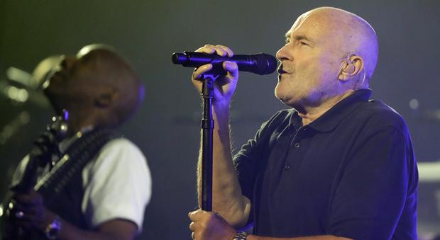 Phil Collins in ospedale per una brutta caduta, paura per l'ex Genesis