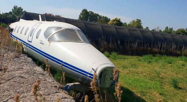 Napoli, il mistero di un aereo abbandonato sul campo di broccoli