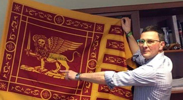I sindaci leghisti tolgono la foto di Mattarella dagli uffici: «Non è il nostro Presidente»
