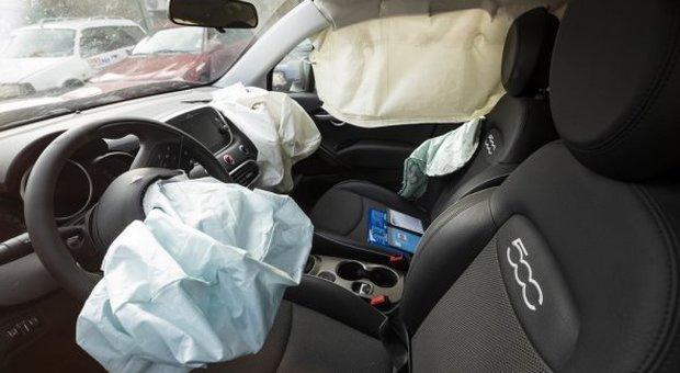 Neonato muore per lo scoppio dell'airbag dopo un tamponamento. Indagati i genitori: omicidio colposo