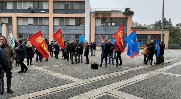 La protesta dei lavoratori della Lavinox di Villotta di Chions di fronte alla sede pordenonese di Unindustria