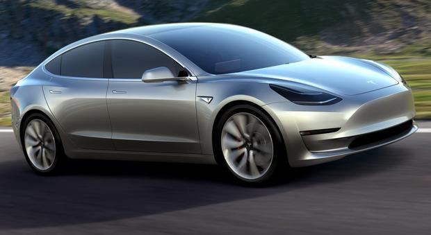 La Tesla Model 3 è l'attesissima utilitaria con circa 480 km autonomia che sarà presentata a Los Angeles
