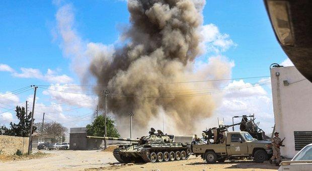 Libia, Serraj: «800mila migranti pronti ad invadere l'Italia». Missili di Haftar su Tripoli