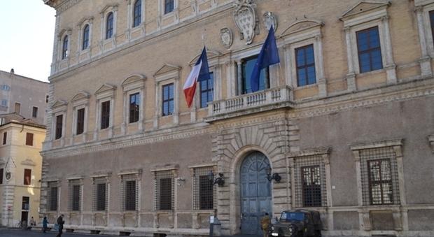Roma, Associazione islamica vuole protestare davanti all'ambasciata di Francia: «Basta offendere Maometto»