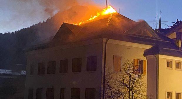 A fuoco il tetto del Municipio di Zoppè di Cadore