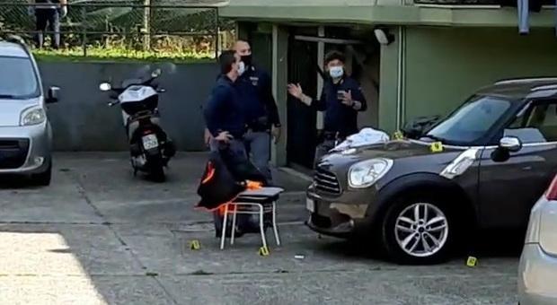 Agguato nel cortile del condominio: uomo colpito all'orecchio da un colpo di fucile