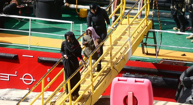 Mercantile dirottato in porto a Malta: 108 migranti sbarcati, quattro arresti