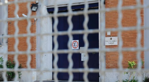Roma, detenuta di Rebibbia assale i due figli in carcere: uno è morto