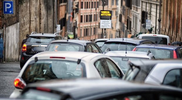 Roma, prolungamento Ztl M5S spaccato: «Rinvio a dopo i saldi»