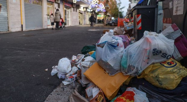 Roma, emergenza rifiuti la resa della sindaca: discarica in città