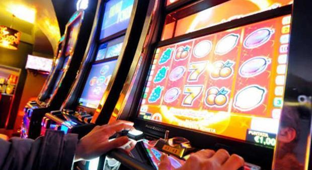 Slot machine truccate: migliaia di giocatori truffati e maxi-frode allo Stato