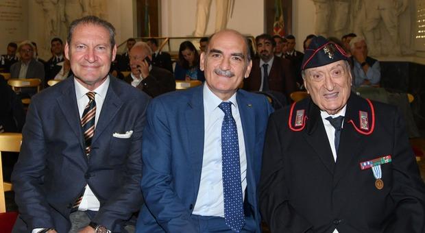 L'autore Maurizio Piccirilli, il direttore della Dia Giuseppe Governale, e Vincenzo Rossi, classe 1924, uno dei carabinieri sopravvissuti al lager