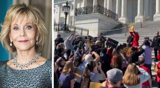 Jane Fonda arrestata a Washington mentre manifesta per l'ambiente: «Ispirata da Greta Thunberg»