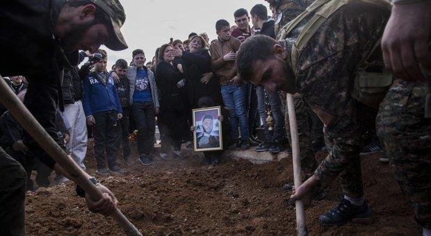 La sepoltura di un combattente siriano
