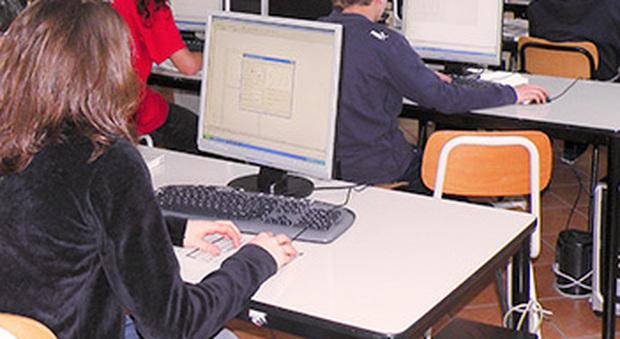 Macerata, rubano le password e cambiano i voti sul registro elettronico: 15 liceali nei guai