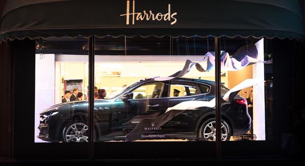La Maserati Levante in vetrina da Harrods a Londra