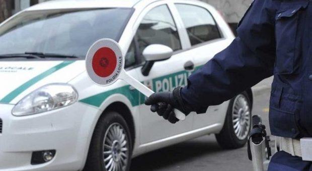 Guida senza patente da 50 anni, anziana spiega agli agenti: «Ai miei tempi non si usava»