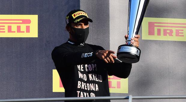 Lewis Hamilton sul podio del Mugello festeggia la sua vittoria numero 90 in F1