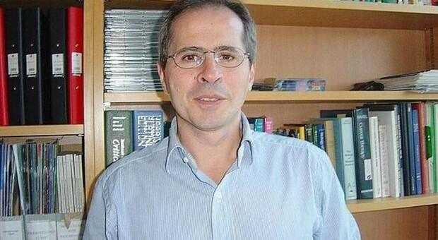 Covid, il virologo Crisanti: «Fare il tampone a tutti i migranti appena sbarcano»