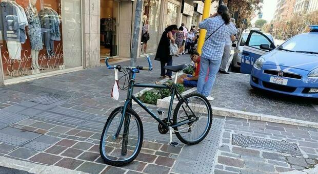 Rischia di investire una ragazza sulle strisce, interviene un ciclista e lui lo travolge in retromarcia