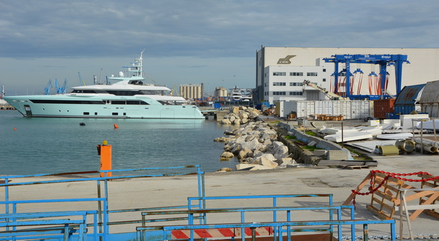 Ancona, scivola in mare dal super yacht dopo essere stata in discoteca: muore una steward di 30 anni