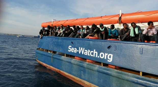 Sea Watch, la guardia di finanza sequestra la nave alla rada a Lampedusa