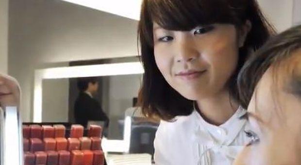 Occhiali vietati al lavoro, le impiegate giapponesi in rivolta: «Ci discriminano»