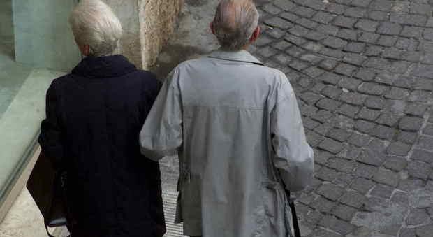Botte e minacce alla madre 80enne per farsi intestare la casa: arrestati i due figli