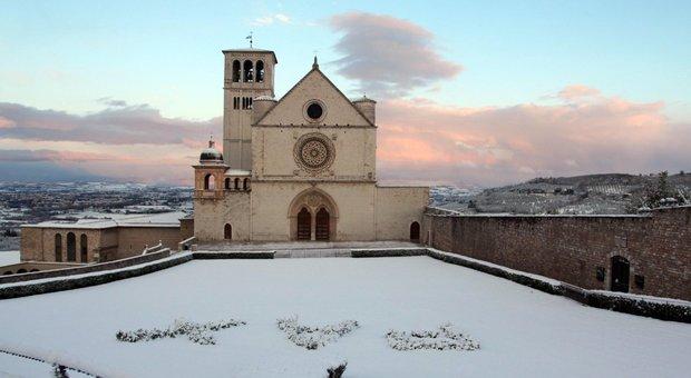 Maltempo, altra giornata di neve: fiocchi anche sulle colline di Firenze