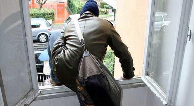 Ladri in scooter assaltano le case: messi in fuga grazie al passaparola con Whatsapp